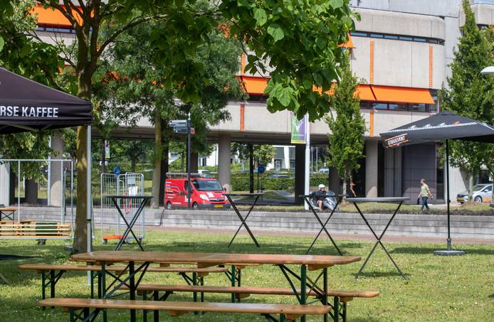 Materiaal voor het fandorp van het NK Wielrennen staat klaar bij gemeentehuis.