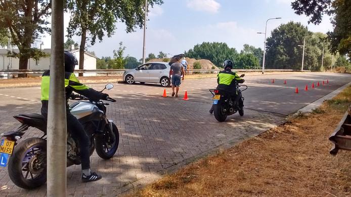 Motorrijles op het parkeerterrein aan de Meierijbaan, tegen de achtertuin van woningen aan de IJsclubweg.