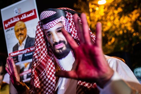 Een manifestant draagt een masker van de Saudische kroonprins Mohamed bin Salman met bebloede handen tijdens een demonstratie voor het Saudisch consulaat in Instanbul. Daar werd de Saudische dissidente journalist Jamal Khashoggi vermoord.