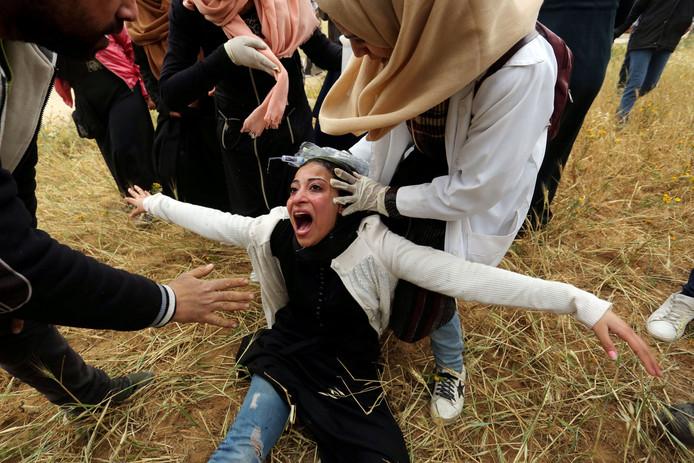 Een Palestijnse vrouw schreeuwt het uit na geraakt te zijn door traangas.