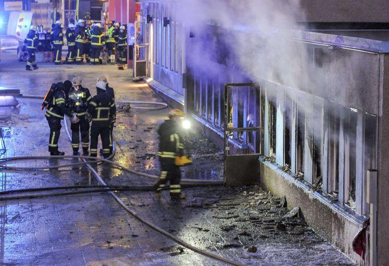 In Zweden werden tussen kerst en nieuwjaarsmorgen 3 aanslagen op Moskeeën. Hier blussen brandweermannen de brand in de moskee van Eskilstuna. Beeld afp