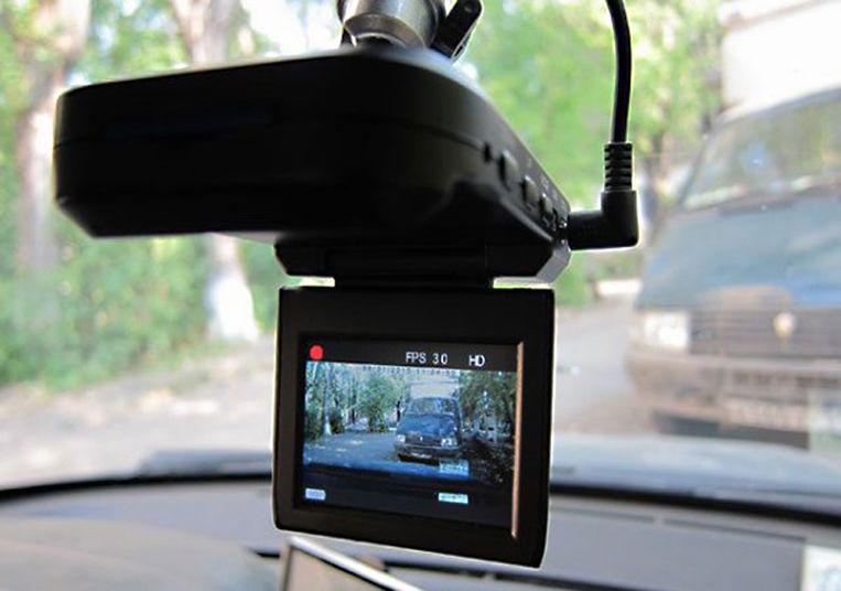Vanaf morgen mogen politieauto's een dashcam achter de voorruit hebben om interventies te filmen.