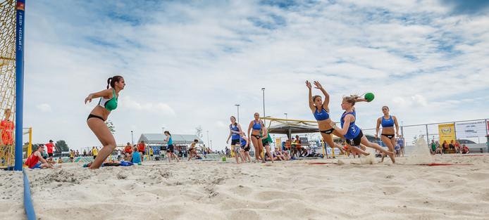 Beachvolleybaltoernooi bij OHC in de Contreie Oosterhout.