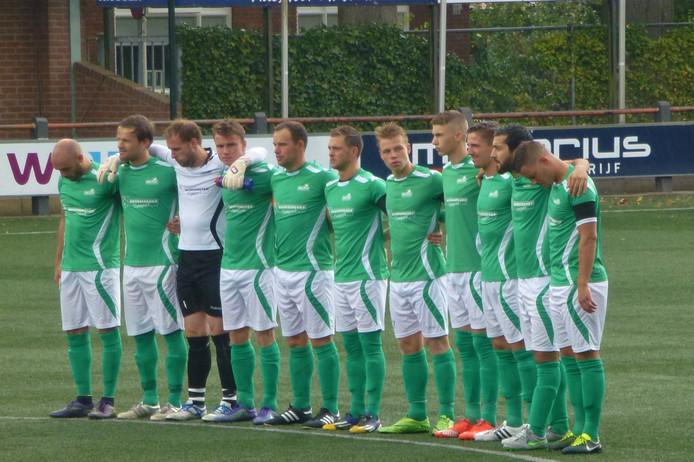 De spelers van HSC'21 herdenken Karel Schabbink. Foto: Dolf Ruesink