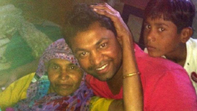 Saroo met zijn moeder.