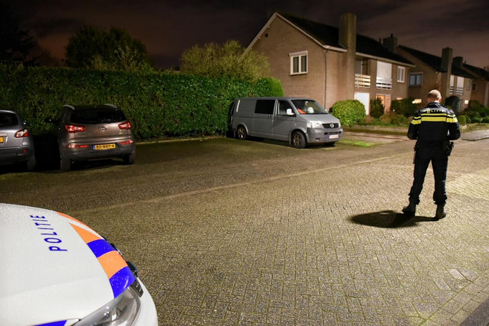 Het busje met daarin drugsafval staat middenin een woonwijk geparkeerd.
