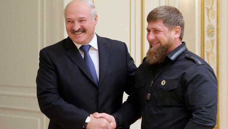 De Wit-Russische president Alexander Loekasjenko (L) schudt de hand van de Tsjetsjeense president Ramzan Kadyrov tijdens een ontmoeting in Minsk. Beeld epa