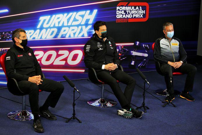 Pirelli Racing Manager Mario Isola zit op de rechterstoel.
