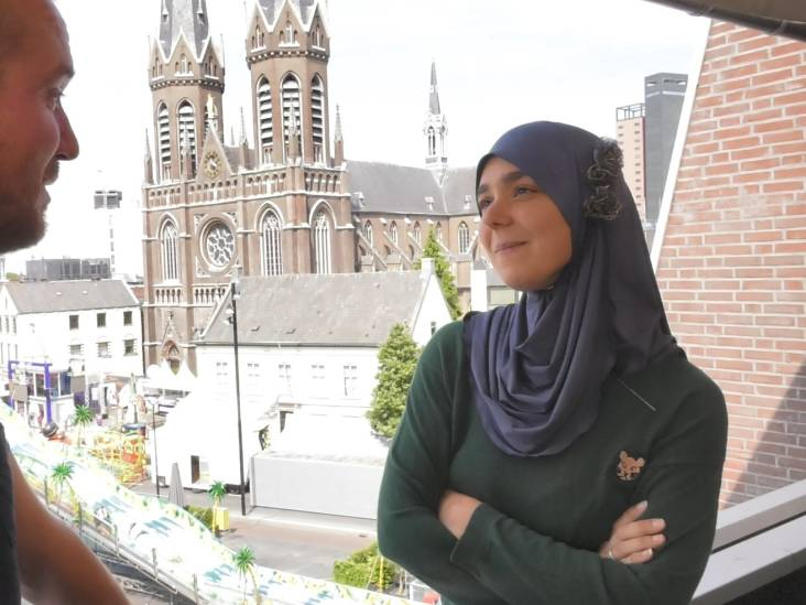 Stijve mannen in pak, relaties in de Reeshof en liefde voor de kermis: op pad met Esmah Lahlah