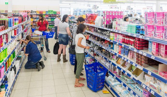 Klanten doen boodschappen bij de winkelketen Action in winkelcentrum De Hoven in Voorhof. Deze week vinden veel winkeldiefstallen plaats.