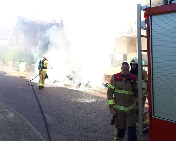In de Spoorstraat in Winterswijk heeft oud papier in brand gestaan. De angst bestond dat het vuur zou overslaan naar de flat. Vermoedelijk is de brand aangestoken.