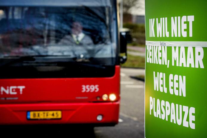 Buschauffeurs voeren in Zaandam actie tegen hoge werkdruk. De acties zijn het gevolg van het mislukken van het cao-overleg voor het streekvervoer.