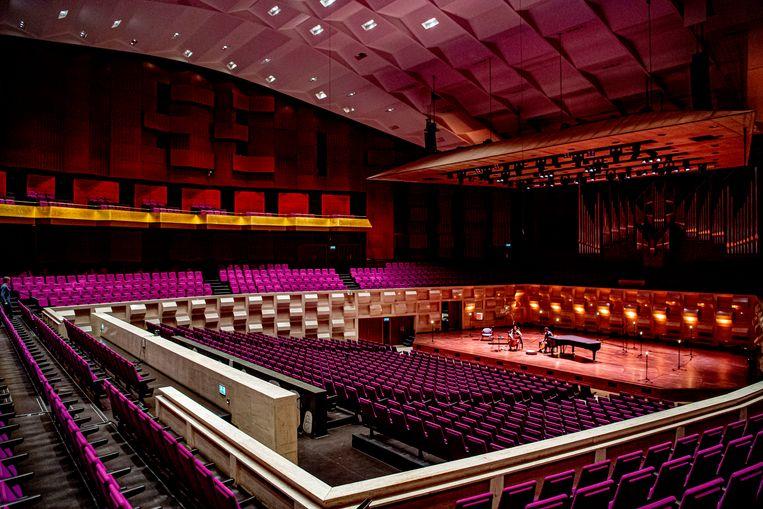 Muzikanten Farid Sheek en Maya Fridman treden op in een lege zaal van theater De Doelen in Rotterdam. Een derde van de Nederlandse theater- en concertpodia die sinds het coronavirus omzet mislopen, dreigt de zomer niet te halen.  Beeld ANP