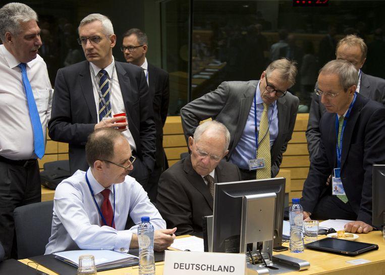 De Duitse minister Schäuble (M) gisteren in Brussel. Beeld ap