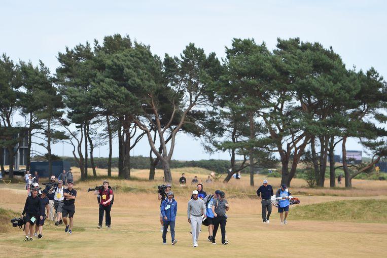 Tiger Woods loopt een oefenronde op de droge baan van Carnoustie, Schotland. Beeld AFP
