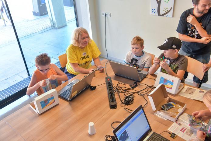 Terwijl de jongere kinderen dinsdag naar Speellandschap de Heiberg gingen, konden de oudere kinderen zich vastbijten in techniek.