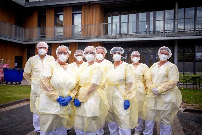 Medewerkers van Marnix Revalidatiecentrum in Vlaardingen. Ze dragen beschermende pakken, omdat ze met besmette patiënten werken.