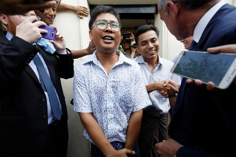 Wa Lone (33) en Kyaw Soe Oo (29) staan de pers te woord.