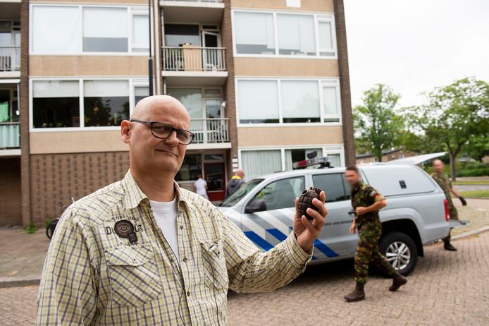 Bernard Kuhnen met de handgranaat die hij in de flat op de achtergrond aantrof. De mannen van de EOD hebben het projectiel ontmanteld en nemen het mee naar Soesterberg.