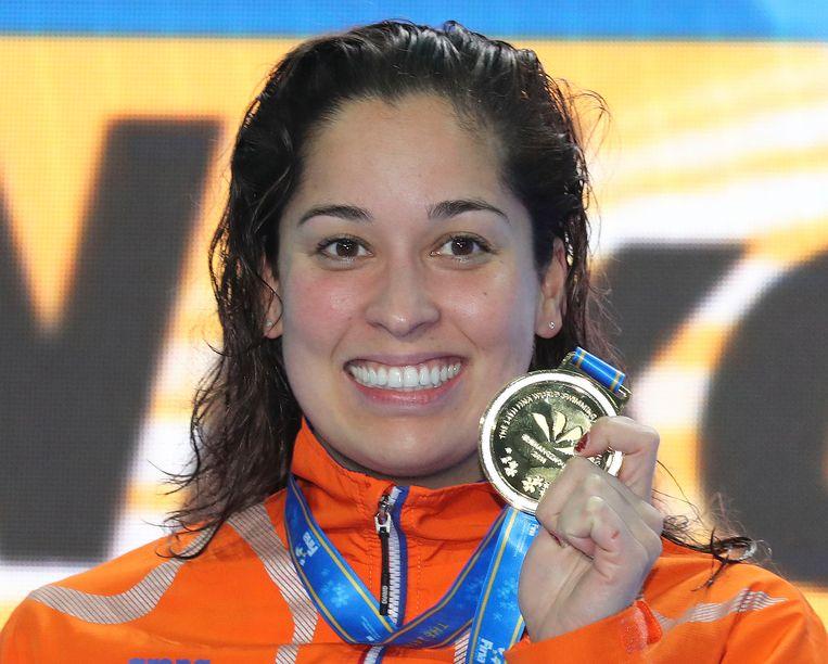 Ranomi Kromowidjojo toont haar gouden medaille. Beeld AP