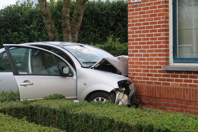 De auto van de vrouw is flink gehavend nadat ze tegen een huis aan de Oordeelstraat in Baarle-Nassau reed.