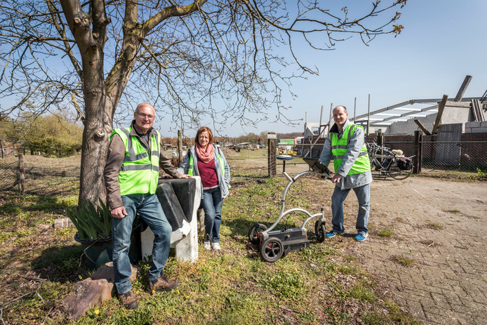 Wil Peels, Gerda Versteegden en onderzoeker Bas Verbeek van Heemkundekring Weerderheem (vlnr ).