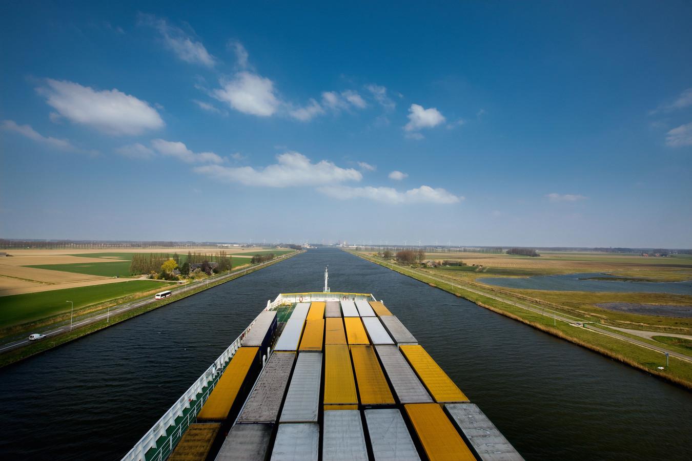 Het Kanaal van Gent naar Terneuzen.