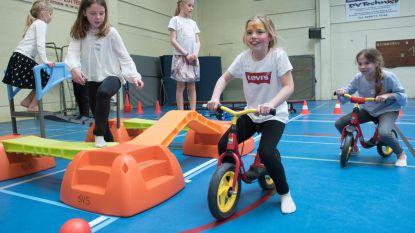 Kinderen leven zich uit in sporthal