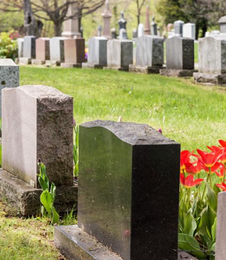 Triest aanzien begraafplaatsen door verwijderen grafstenen