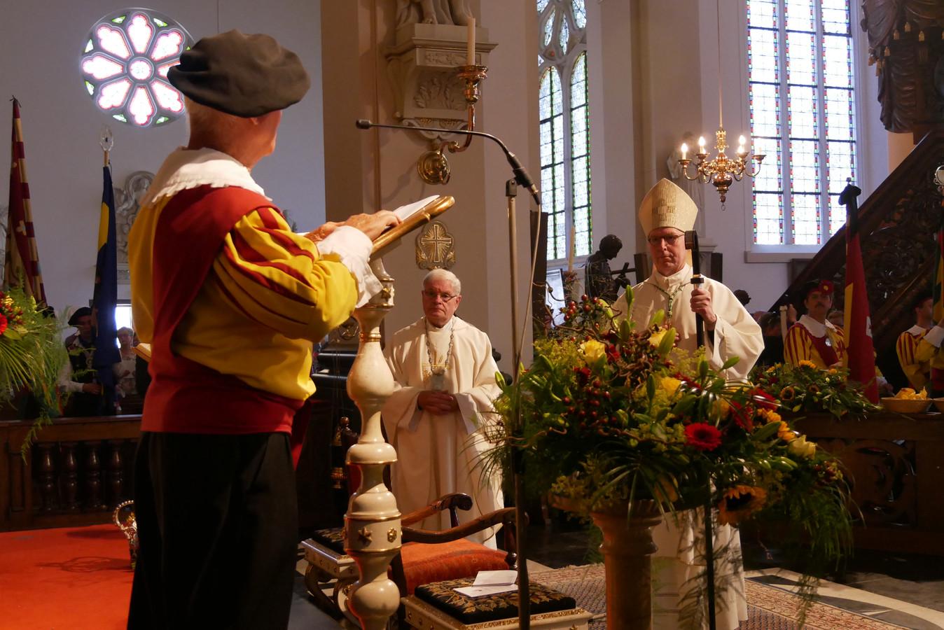 Van links naar rechts hoofdman Piet Vromans van Sint Joris, pastoor Godfried Looyaard en bisschop Gerard de Korte tijdens de viering in Sint Lambertus kerk.