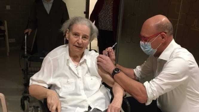 Vaccinaties nu ook in Aalst van start: Zuster Ghislaine (87) van Aqua Vitae blij met prik