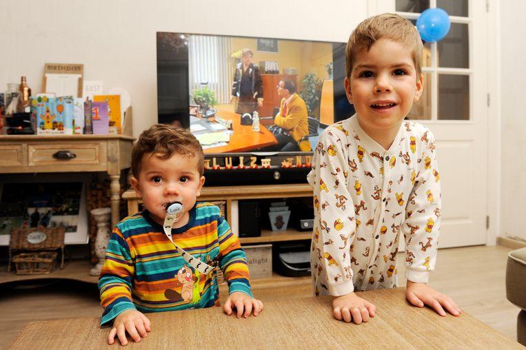Luiz is amper 1, maar kijkt samen met broer Noah naar alle afleveringen.