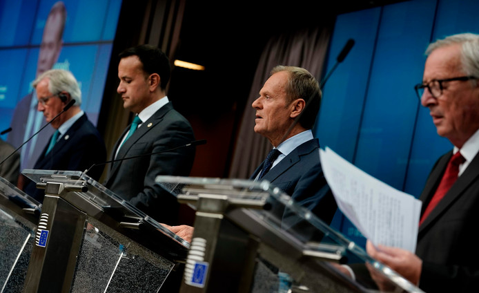 Van links naar rechts: Michel Barnier, de Ierse minister Leo Varadkar, voorzitter van de Europese Raad Donald Tusk en voorzitter van de Europese Commissie Jean-Claude Juncker tijdens de persconferentie van vandaag.
