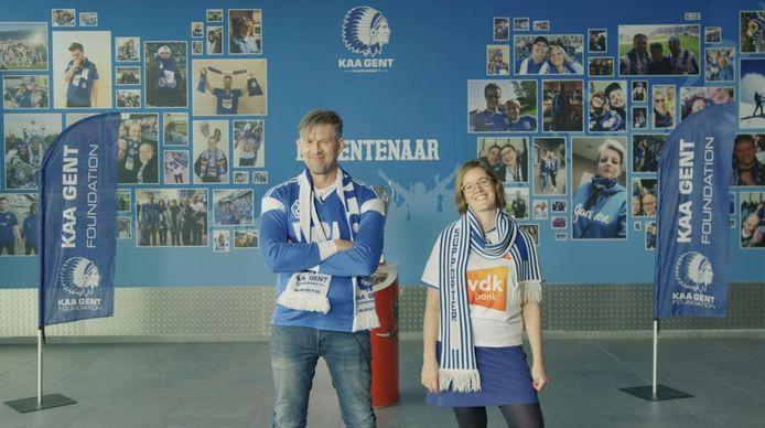 Acteur Johan Heldenbergh en Annelore Camps van Allez, Chantez! leggen in een instructievideo uit hoe het initiatief werkt.