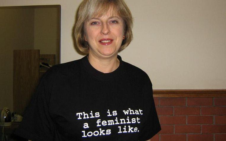 May in 2014 als minister met opdruk 'Zo ziet een feminist eruit', voor een campagne van de Britse Elle Beeld Fawcett Society