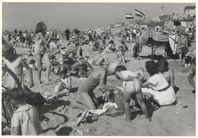 Hutje bij mutje in de jaren 50 op het strand van Scheveningen.