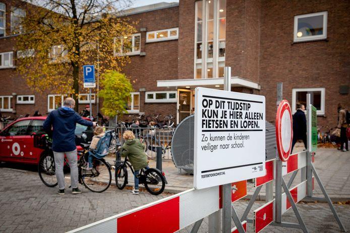 Twee keer per dag wordt de straat voor de Rotterdamse basisschool De Bergse Zonnebloem voor auto's afgesloten. Veel ouders komen met de auto en zorgen voor onveilige situaties.