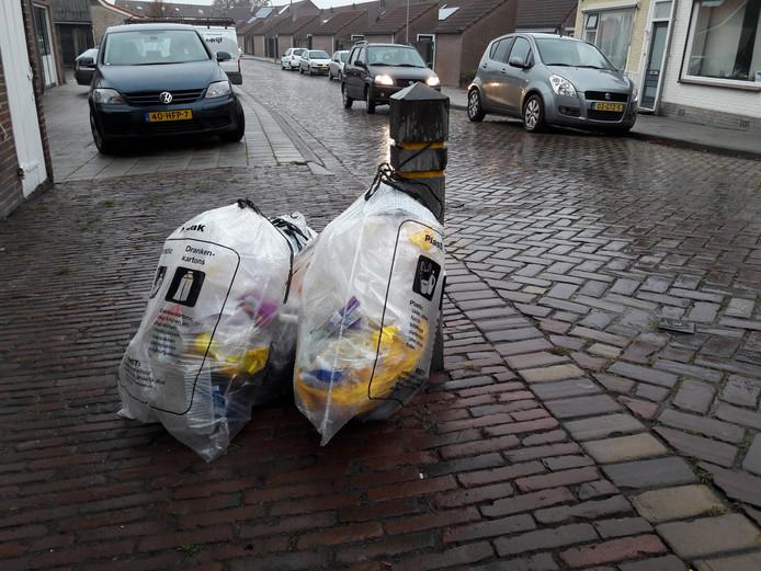 Plastic afval wordt in Tholen eens in de twee weken opgehaald, zoals hier in Sint-Maartensdijk.