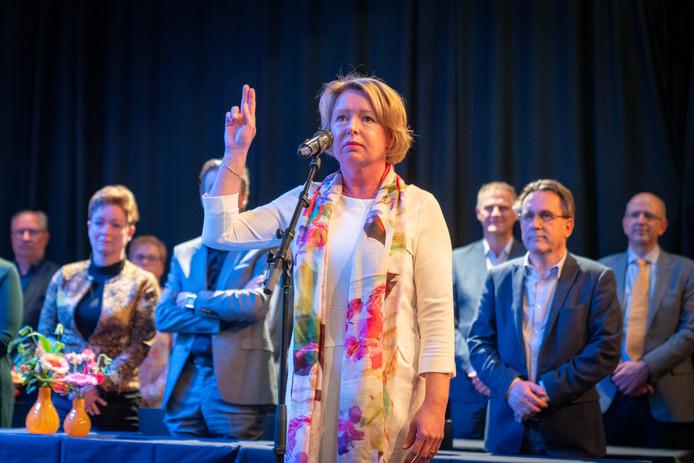 """Burgemeester Patricia Hoytink-Roubos legt de eed af met de woorden ,,Zo helpe mij God almachtig."""""""