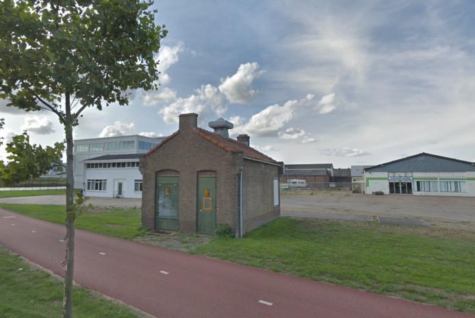 De Voedselbank Walcheren is al gehuisvest in een loods (rechts op de foto) aan de Kleverskerkseweg in Middelburg. De gemeente hoopt binnen een jaar in een andere loods erachter een sociaal warenhuis te huisvesten voor zowel de Voedselbank als de Kledingbank Zeeland en de Speelgoedbank Zeeland.