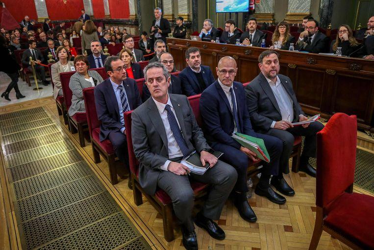 De twaalf beschuldigden in de rechtszaal bij een zitting eerder dit jaar. Op de voorste rij vlnr. de voormalige regionale ministers  Joaquim Forn, Raul Romeva en Oriol Junqueras.