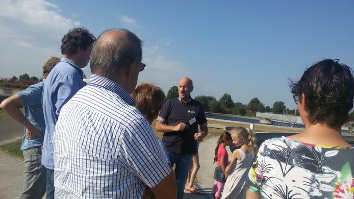 Jan Laarakkers (midden) geeft een rondleiding op het terrein van de rioolwaterzuiveringsinstallatie.