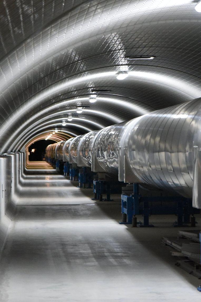 Een deel van de 3 kilometer lange arm van de Virgo-detector in Italië. LIGO en Virgo maken gebruik van lasers en spiegels in kilometerslange tunnels om snelle, piepkleine ruimtetrillingen op te meten. Het zijn de gevoeligste meetinstrumenten die de mens ooit heeft gebouwd. Beeld AFP