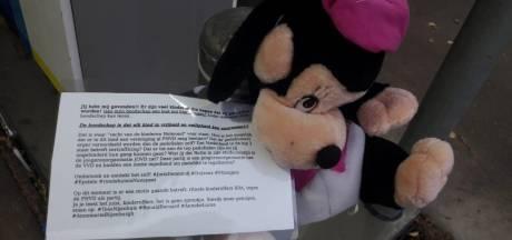 Anonieme briefjes met knuffels en mysterieuze teksten hangen over heel Helmond