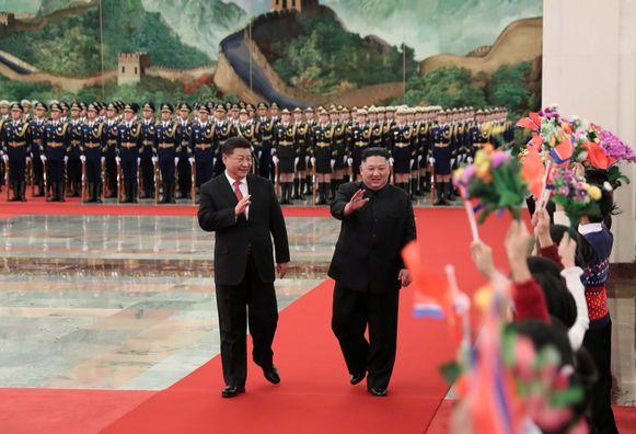 De Chinese president Xi Jinping verwelkomt de Noord-Koreaanse leider Kim Jong-un met een ceremonie in Peking.