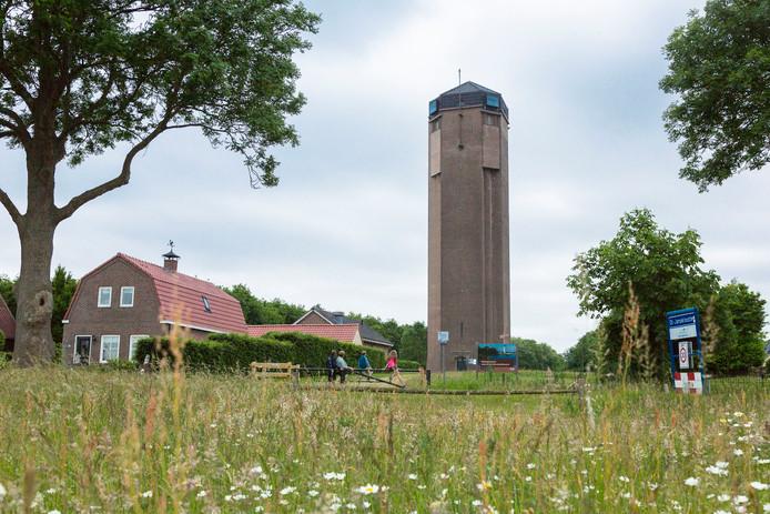 De watertoren in Sint Jansklooster telt 207 treden die bezoekers naar een hoogte van 24 meter brengen. Wie de toren wil bezoeken, kan parkeren bij Bezoekerscentrum De Wieden.
