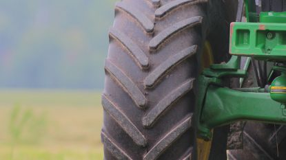 Landbouwer (68) wordt meegesleurd door aandrijfas achter tractor: slachtoffer overleden