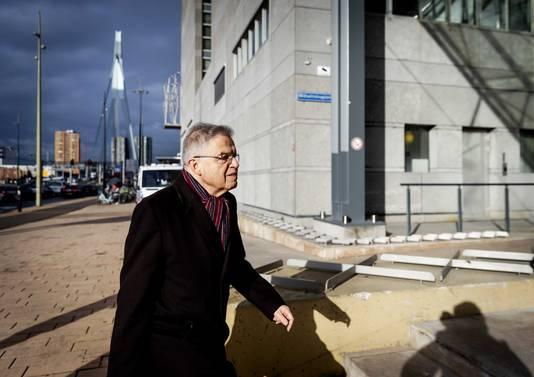 Oud-justitieminister Ernst Hirsch Ballin arriveert bij de rechtbank voor de openbare verhoren in de zaak tegen Julio Poch tegen de staat.