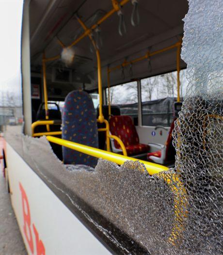 Vrouw (30) die 8 stadsbussen Eindhoven beschoot oogt als tienermeisje: 'Ik weet gewoon niet waarom ik het deed'