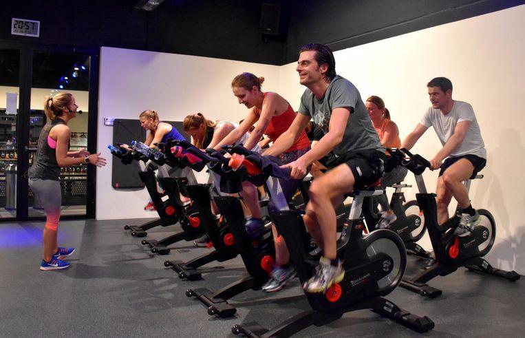 De workout wisselt af tussen cardiotraining op de loopband en/of fiets met krachtoefeningen